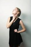 Blonde Frau der jungen Mode im schwarzen Kleid Stockbild