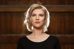 Blonde Frau der jungen Mode im schwarzen Kleid gehend in Stadtstraße Stockfotografie
