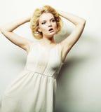 Blonde Frau der jungen Mode im weißen Kleid Lizenzfreie Stockbilder