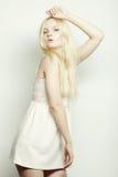 Blonde Frau der jungen Mode im weißen Kleid Lizenzfreie Stockfotografie