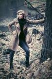 Blonde Frau der jungen Mode mit Handtasche gehend in Herbstwald Lizenzfreies Stockbild
