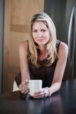 Blonde Frau in der Küche Lizenzfreie Stockfotos