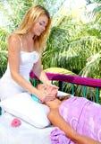 Blonde Frau der karibischen Gesichtsmassagetherapie Lizenzfreies Stockbild