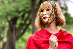 Blonde Frau in der Karnevalsmaske Lizenzfreies Stockbild