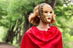 Blonde Frau in der Karnevalsmaske Stockbild