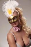 Blonde Frau in der Karnevalsschablone Stockfotos