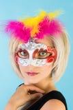 Blonde Frau in der Karnevalsschablone Stockfoto