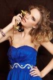 Blonde Frau in der Luxuswohnung Lizenzfreies Stockfoto