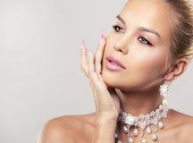 Blonde Frau der Mode, die drastisches Make-up trägt Lizenzfreie Stockfotografie