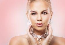 Blonde Frau der Mode, die drastisches Make-up trägt Stockfotografie