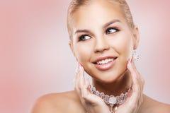 Blonde Frau der Mode, die drastisches Make-up trägt Lizenzfreies Stockbild