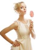 Blonde Frau der Mode, die Lutscher hält Lizenzfreies Stockfoto
