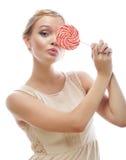 Blonde Frau der Mode, die Lutscher hält Lizenzfreie Stockbilder