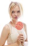 Blonde Frau der Mode, die Lutscher hält Stockfoto