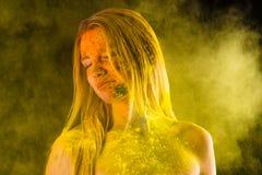 Blonde Frau der Mode im Gelb färbt Holi Lizenzfreies Stockfoto