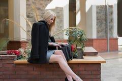 Blonde Frau der Mode innerhalb einer Mallmitte Stockfotos