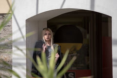 Blonde Frau der Mode innerhalb einer Mallmitte Stockfotografie