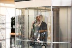 Blonde Frau der Mode innerhalb einer Mallmitte Lizenzfreie Stockfotografie