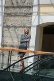 Blonde Frau der Mode innerhalb einer Mallmitte Lizenzfreies Stockfoto