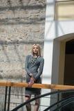 Blonde Frau der Mode innerhalb einer Mallmitte Stockfoto