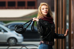 Blonde Frau der Mode mit Tür der Handtasche im Einkaufszentrum Lizenzfreie Stockfotografie