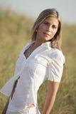 Blonde Frau in der Natur Lizenzfreie Stockbilder