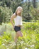 Blonde Frau in der Natur Stockbilder