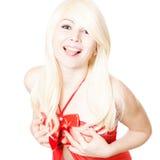 Blonde Frau in der roten Oberseite, die gegen Weiß neckt Lizenzfreies Stockfoto