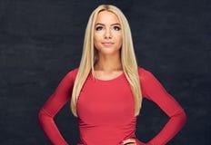 Blonde Frau in der roten Sportkleidung Stockfotos