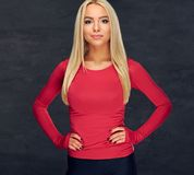 Blonde Frau in der roten Sportkleidung Stockbilder