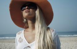 Blonde Frau der Schönheit auf dem Strand im Hut Stockbilder