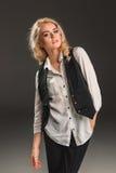 Blonde Frau der Schönheit auf einem grauen Hintergrund Stockbild