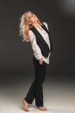 Blonde Frau der Schönheit auf einem grauen Hintergrund Lizenzfreie Stockbilder