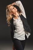 Blonde Frau der Schönheit auf einem grauen Hintergrund Lizenzfreie Stockfotografie