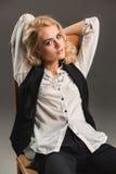 Blonde Frau der Schönheit auf Stuhl Stockbilder