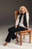 Blonde Frau der Schönheit auf Stuhl Lizenzfreie Stockbilder