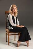 Blonde Frau der Schönheit auf Stuhl Lizenzfreie Stockfotos