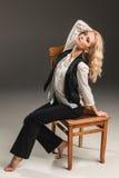 Blonde Frau der Schönheit auf Stuhl Stockfotos