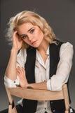 Blonde Frau der Schönheit auf Stuhl Lizenzfreie Stockfotografie