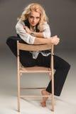 Blonde Frau der Schönheit auf Stuhl Lizenzfreies Stockbild