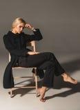 Blonde Frau der Schönheit auf Stuhl Stockbild