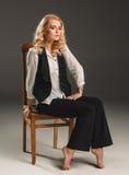 Blonde Frau der Schönheit auf Stuhl Stockfoto