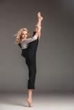 Blonde Frau der Schönheit in der Balletthaltung Lizenzfreie Stockbilder