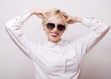Blonde Frau der Schönheit in der Sonnenbrille auf weißem Hintergrund Lizenzfreie Stockbilder
