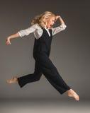 Blonde Frau der Schönheit im Ballettsprung Stockfotos