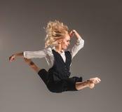 Blonde Frau der Schönheit im Ballettsprung Stockfoto