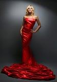 Blonde Frau der Schönheit im roten Kleid Stockbild