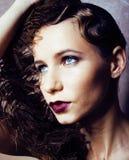 Blonde Frau der Schönheit im Studio Schwarzweiss, altmodische Hollywood-Artweinlese mit Feder Stockfotos