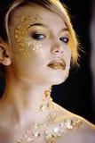 Blonde Frau der Schönheit mit dem kreativen Gold bilden Lizenzfreie Stockbilder