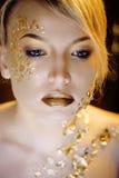 Blonde Frau der Schönheit mit dem kreativen Gold bilden Lizenzfreies Stockfoto